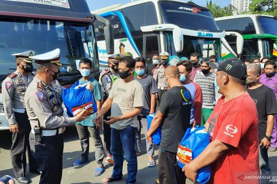 Polda Metro beri bantuan sembako sopir bus pelanggar PPKM Darurat