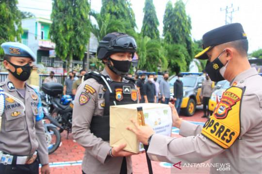 Polres Enrekang bagikan ratusan paket kebutuhan pokok Baksos PPKM
