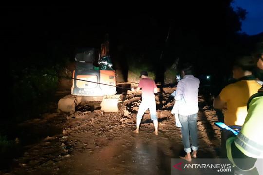 Warga dan TNI-Polri di Sangihe kerja sama bersihkan jalan dari longsor