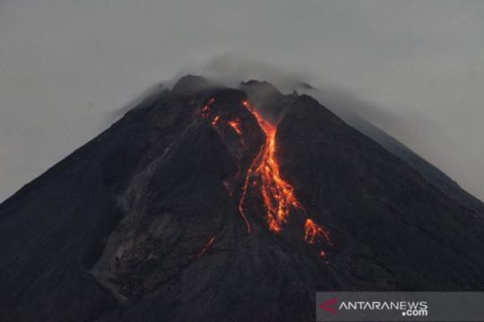 Guguran lava pijar meluncur 15 kali dari Gunung Merapi