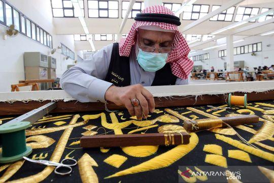 Mempersiapkan Kiswah penutup Ka'bah jelang ibadah haji