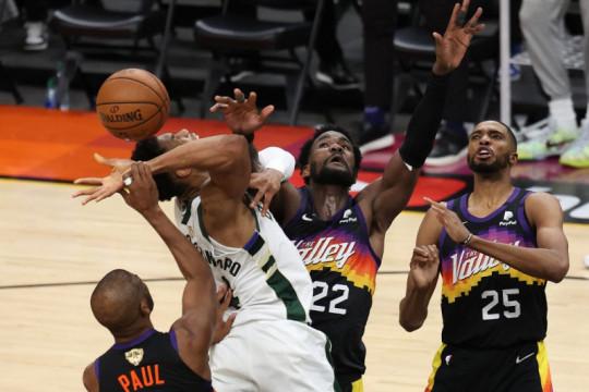 Balik memimpin 3-2, Bucks selangkah lagi juara NBA