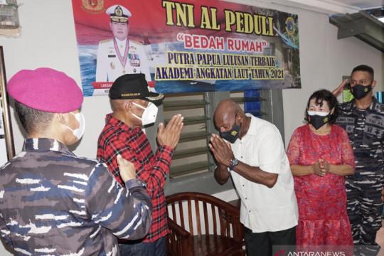 Bantuan TNI AL untuk prajurit lulusan terbaik AAL 2021