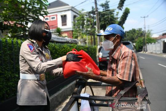 Korlantas bagikan paket beras untuk pemulung dan buruh cuci