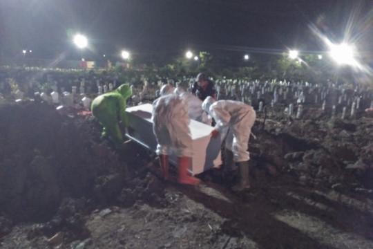 Sepenggal cerita petugas pemakaman jenazah COVID-19 di Surabaya