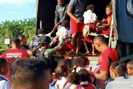 Satgas TNI bantu transportasi siswa sekolah di perbatasan RI-PNG