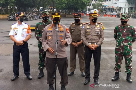 Petugas gabungan patroli dan bagikan daging kurban saat Idul Adha