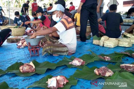 Kurangi plastik, daging kurban di Jember-Jatim dibagi dengan daun jati