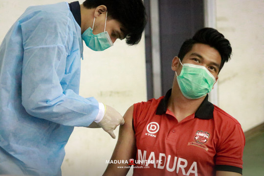 Bek Madura United Samuel ingatkan pentingnya vaksinasi