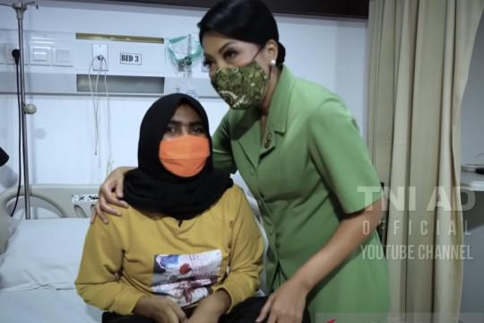 Istri Kasad memotivasi putri prajurit yang terkena tumor di kepala