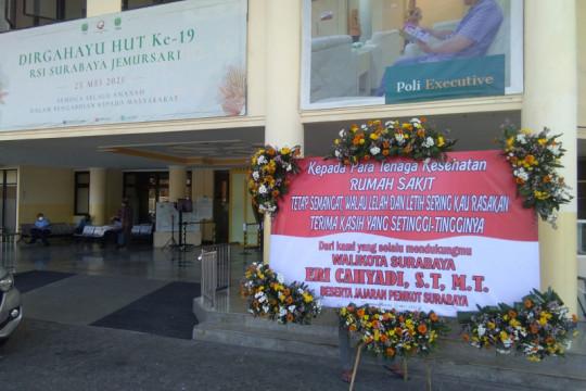 Karangan bunga buat nakes hiasi rumah sakit dan puskesmas di Surabaya