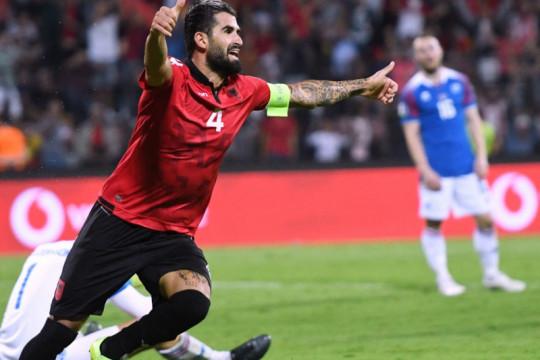 Lazio bela Elseid Hysaj dari serangan pendukung garis kerasnya