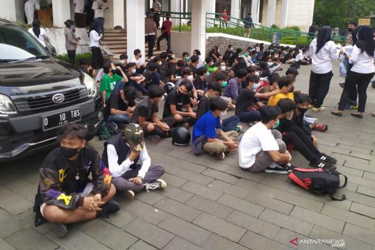 Polisi tangkap 5 peserta aksi tolak PPKM di Bandung bawa bom molotov