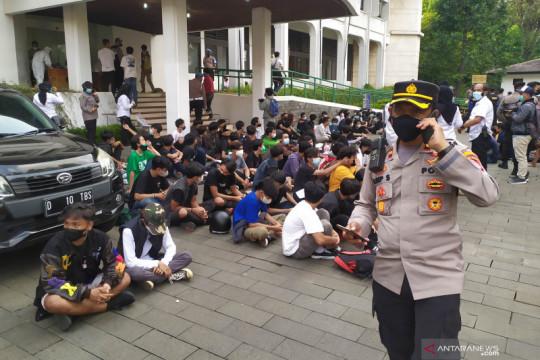 Tiga orang massa aksi tolak PPKM di Bandung reaktif COVID-19