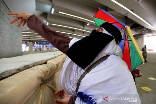 Jamaah haji melakukan prosesi lempar jumrah dengan prokes ketat COVID-19