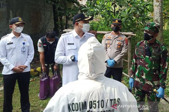 Petugas gabungan bagikan paket obat gratis untuk warga di Tangerang