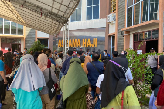 Warga berkerumun menanti vaksinasi di Asrama Haji Tanjungpinang