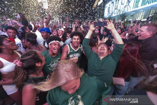 Penantian selama 50 tahun, suporter tumpah ruah rayakan Milwaukee Bucks juara NBA