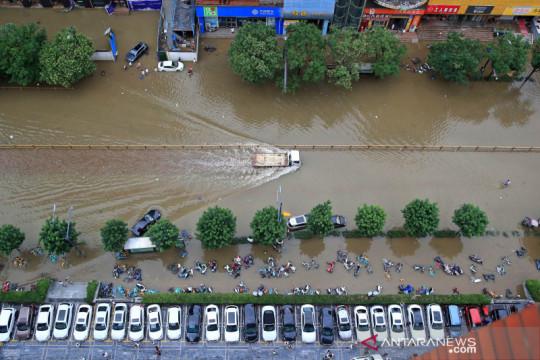 Badai bergerak ke utara, puluhan ribu warga China dievakuasi