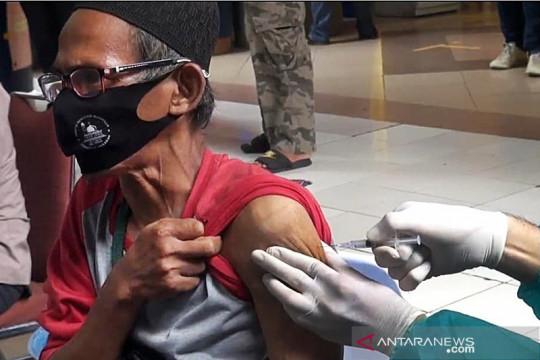 250 pedagang Pasar Induk Kramat Jati terima vaksin COVID-19