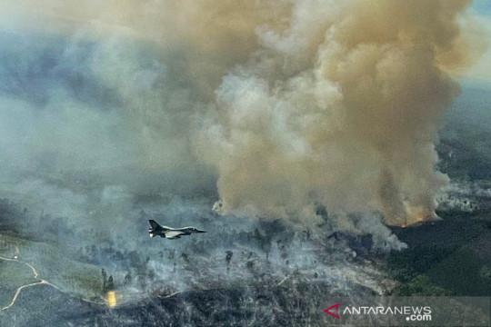 Pilot tempur F-16 TNI AU temukan titik api kebakaran hutan dan lahan di Riau