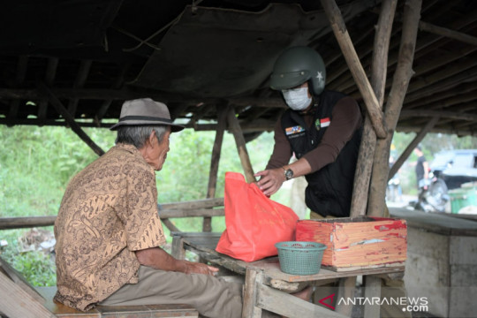 Gubernur Jabar Ridwan Kamil blusukan ke Bekasi beri sembako warga