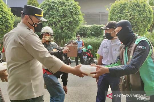 Polsek Kelapa Gading bagikan nasi kotak untuk bubarkan kerumunan ojek