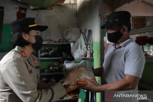 Polsek Pasar Minggu bagikan 100 Kg beras kepada warga Ragunan