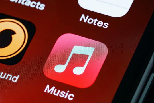 """""""lossless quality"""" dan """"spatial audio"""" Apple Music hadir di Android"""