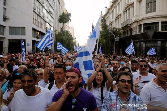 Polisi Yunani bentrok dengan massa yang menolak vaksinasi wajib