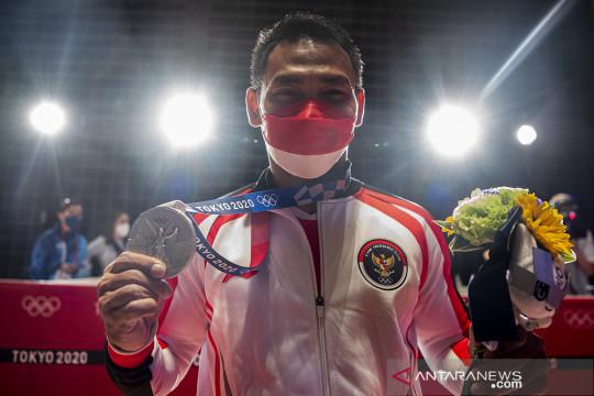 Medali perak persembahan Eko Yuli