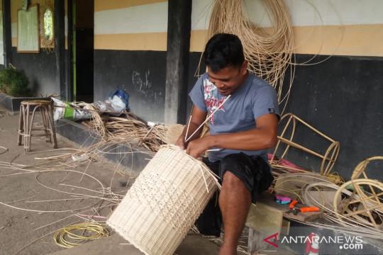 Galery kerajinan rotan, upaya menggali potensi Desa Piantus