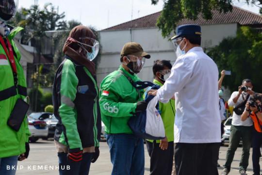 Menko Perekonomian dan Menhub bagikan sembako ke pengemudi Bogor