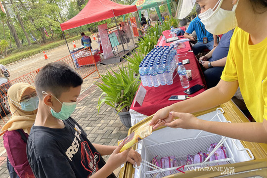 10.000 es krim dibagikan beri keceriaan di 2 sentra vaksinasi Jakarta