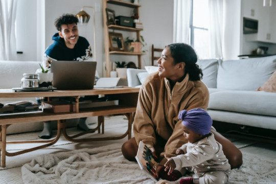 Menyiasati problem orang tua masa kini mengasuh dan bekerja dari rumah