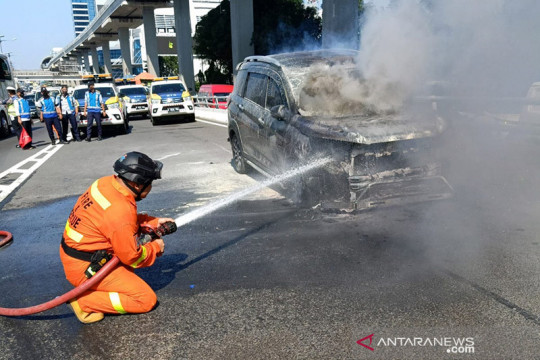 Mobil Pegawai Setjen DPR terbakar di tol dalam kota