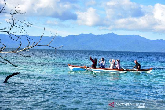 Menikmati panorama Pantai Liang di Maluku Tengah