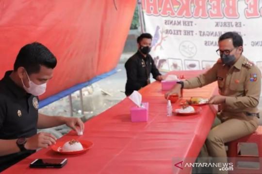 Wali Kota Bogor makan di warung tenda sosialisasikan PPKM Penyesuaian
