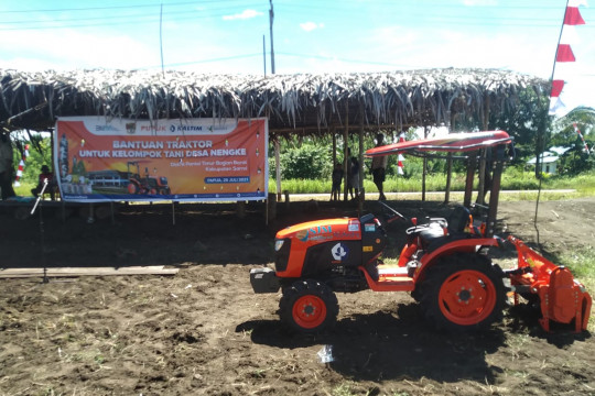 Pupuk Kaltim salurkan bantuan traktor untuk petani di Papua