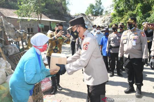 Korlantas bagikan 500 sembako kepada pemulung terdampak PPKM di Bantul