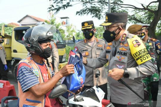 Kakorlantas bagikan sembako saat cek posko PPKM di Serang