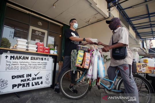Kedai kopi berbagi makanan gratis selama PPKM