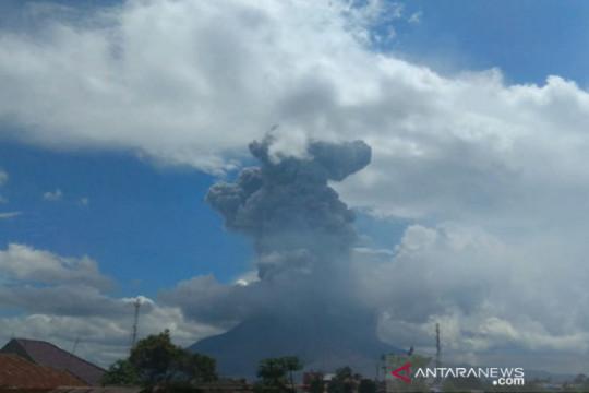 Gunung Sinabung erupsi luncurkan abu vulkanik setinggi 4.500 meter
