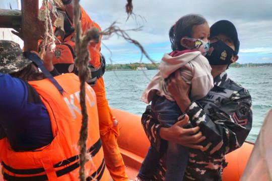 Koarmada III bantu evakuasi penumpang KM Tidar yang kandas di Namlea