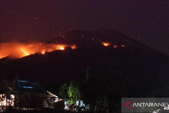 Helikopter dikerahkan untuk padamkan kebakaran hutan di Ile Lewotolok