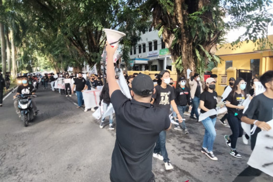 UMKM di Padang kibarkan bendera putih tanda menyerah