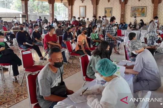 309 warga jalani vaksinasi massal di Kembangan Jakarta Barat