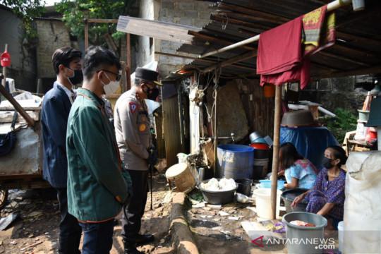 Polri-BEM Nusantara salurkan bansos bagi buruh cuci terdampak PPKM