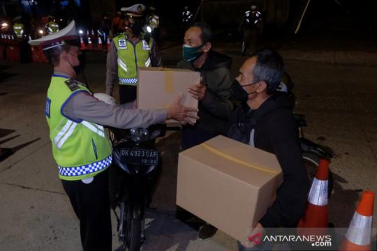 Polres Badung bagikan sembako ke pengendara motor bawa surat vaksin