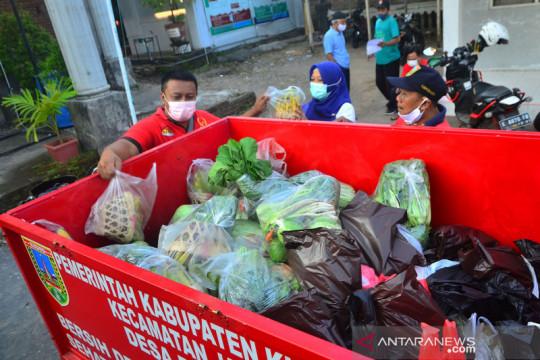 Donasi pedagang sayur dan tempe untuk warga terdampak pandemi